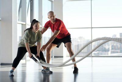 Ist es jemals in Ordnung, dass Ihre Knie beim Kniebeugen oder Ausfallschritten über Ihre Zehen hinausragen?